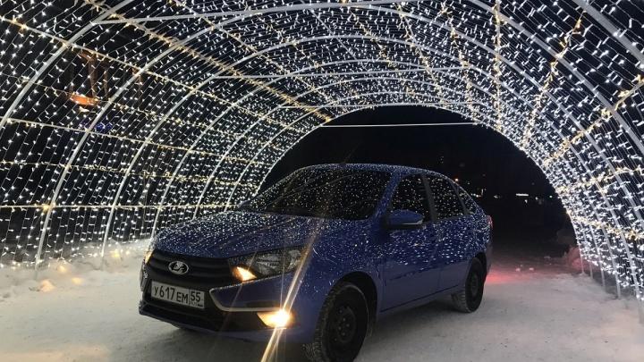 «Я паркуюсь как...»: фотосъёмка машины в новогодней арке и шлагбаум из ёлочки