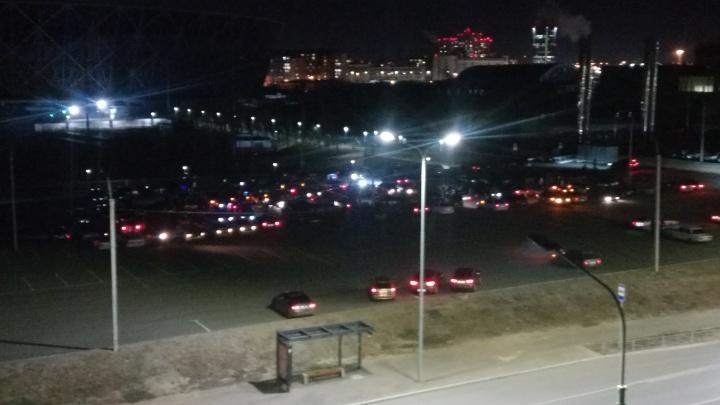 «Влетел в забор и уехал»: на парковке у «Волгоград Арены» дрифтуют десятки машин