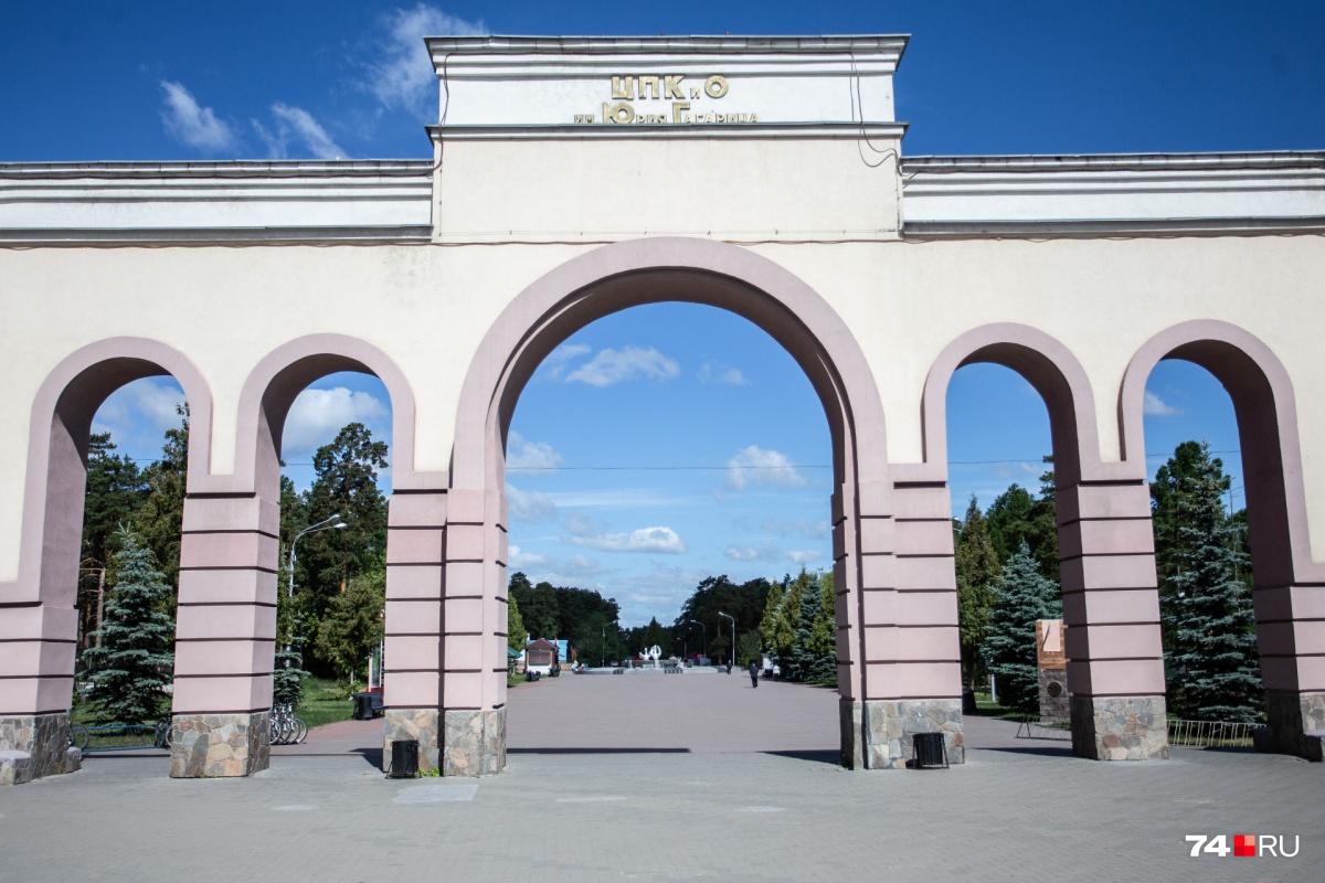 Так парк Гагарина выглядит только в будни. В выходные там не протолкнуться, в потоках пешеходов лавируют велосипедисты и роллеры. К несчастью, иногда столкновений избежать не удаётся