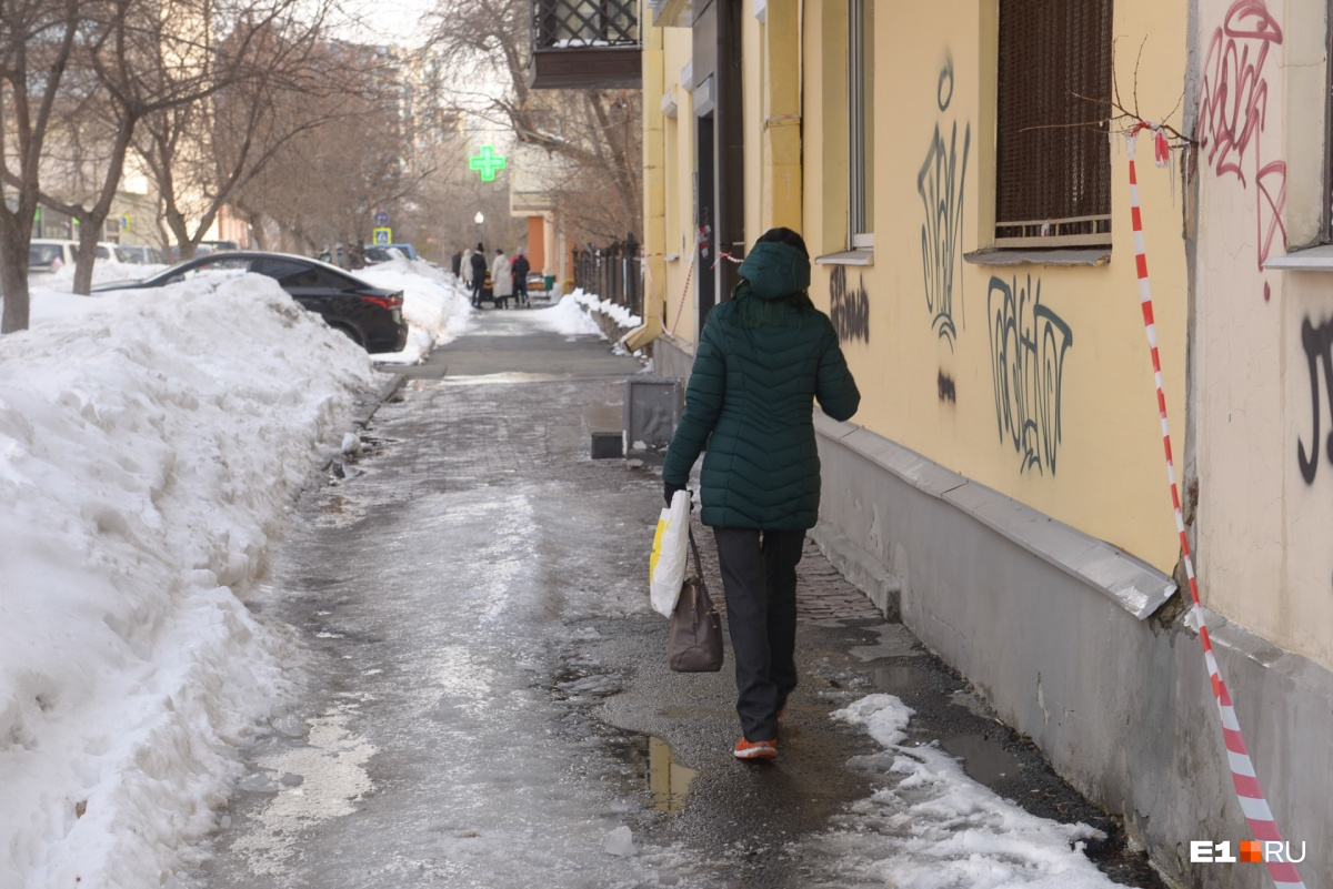 В центре Екатеринбурга лед с крыши упал на дворника