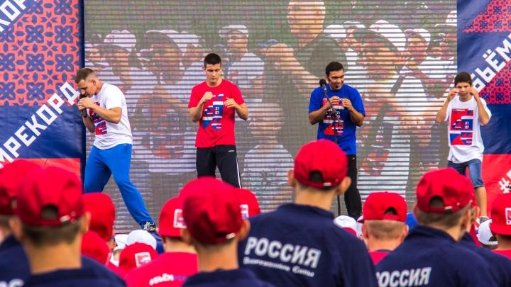 Сотни новосибирцев вышли помахать кулаками перед оперным театром