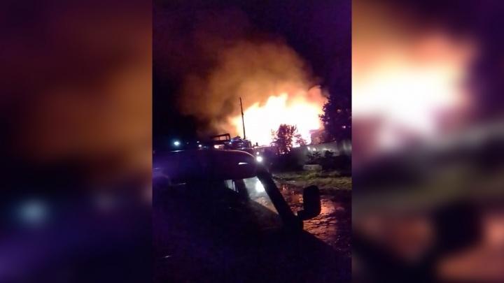 В Березниках крупный пожар повредил три дома. Один из них сгорел полностью