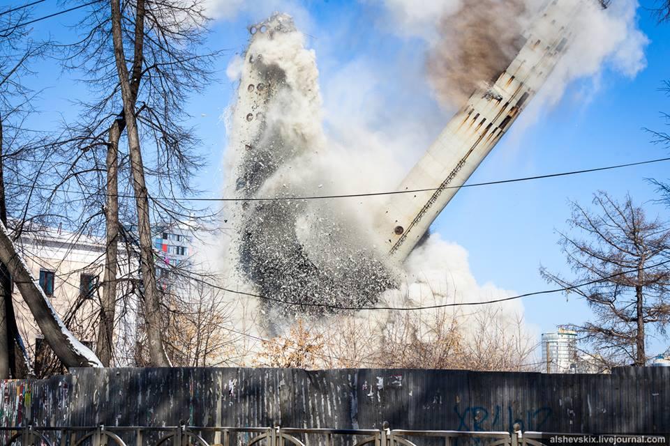 Этот момент на фото: это уже не газогенератор, это падающая башня сама разрушает себя