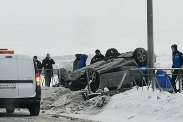 Первые фото с места аварии выложили в автомобильных чатах. Движение, по информации интернет-пользователей, в этом районе затруднено