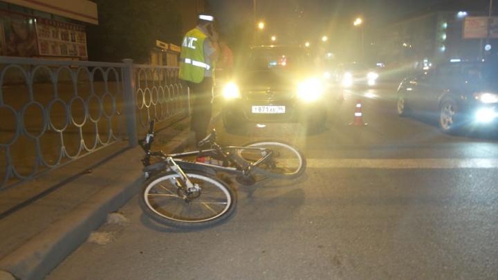На Уралмаше после конфликта с водителем легковушки велосипедиста увезли в больницу