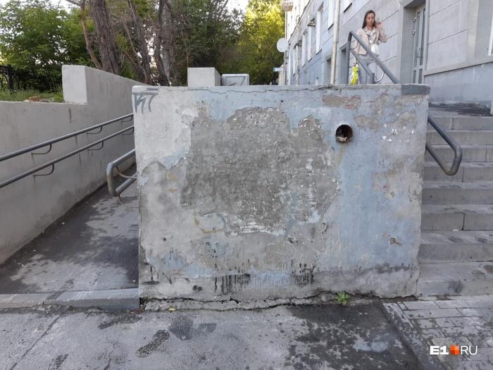 Коммунальщики почему-то думают, что без граффити стена выглядит красивее