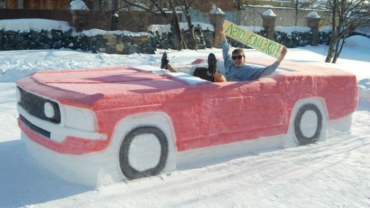 «Лето близко!»: студент слепил из снега красный кабриолет и устроил в нём фотосессию в шортах