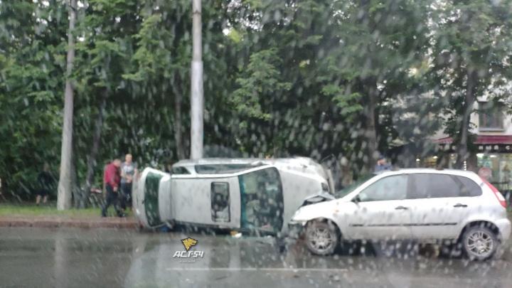 Три автомобиля столкнулись в Калининском районе— от удара одна из машин перевернулась