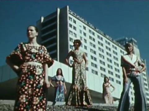 Манекенщицы демонстрируют одежду, сшитую на фабрике «Северянка»