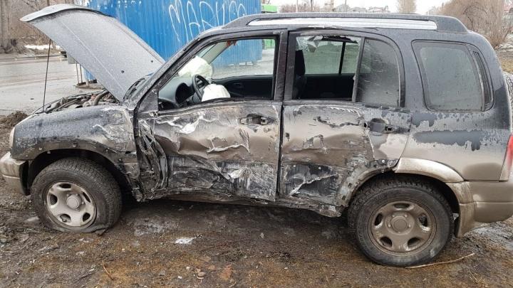 Иномарка влетела в столб после аварии на остановке «Стрелочная» в Новосибирске