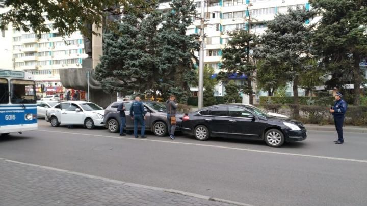 В центре Волгограда столкнулись четыре дорогих иномарки