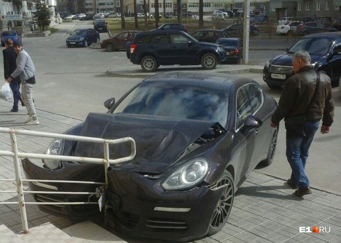 Элитный автомобиль и схватка с перилами