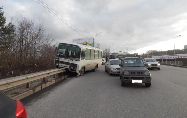 В Уфе водитель автобуса устроил массовое ДТП