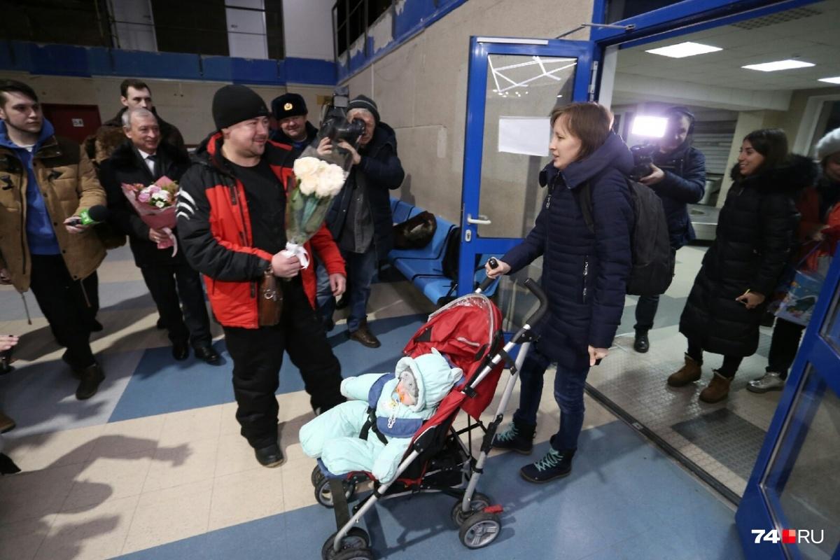 Евгений Фокин встретил жену с цветами и сразу обнял сына