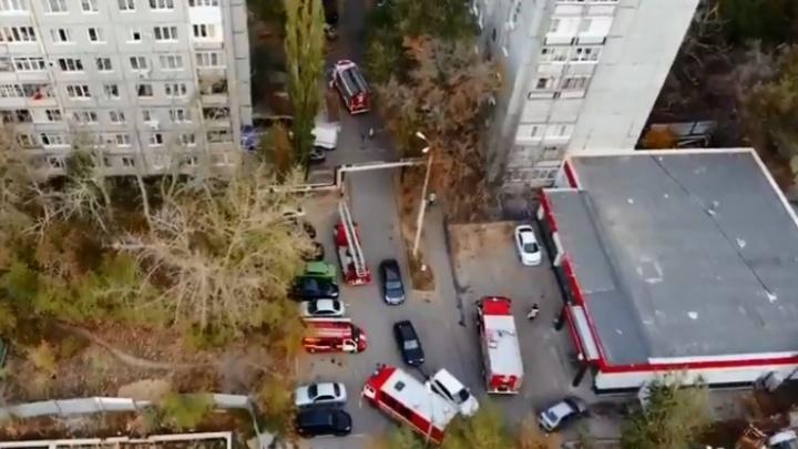 «Небольшое задымление»: в Волгограде 11 пожарных расчётов приехали тушить мусоропровод высотки