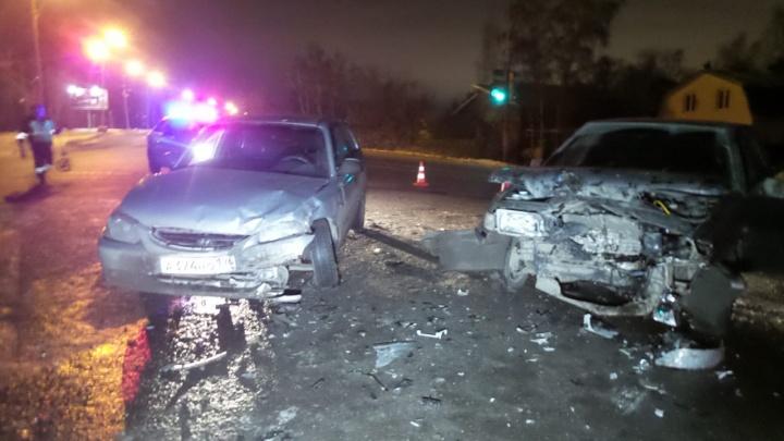 На Птицефабрике ВАЗ лоб в лоб столкнулся с Hyundai, беременную пассажирку иномарки госпитализировали
