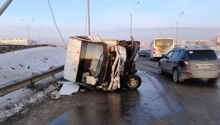 Полиция разыскивает водителя «Газели», который врезался в автобус и скрылся