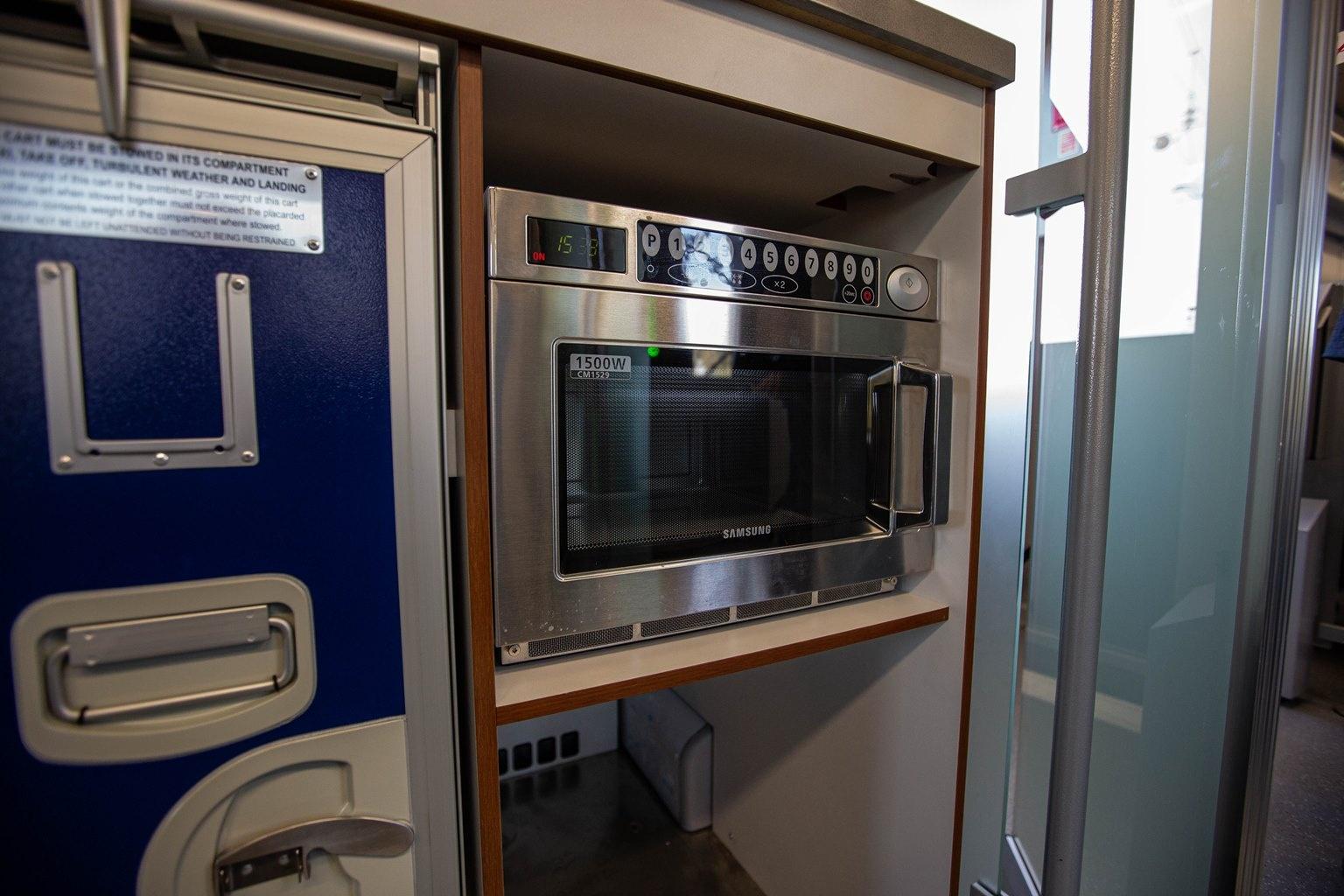 Купе проводников расположили в хвосте поезда — это четыре простых места со столиком. Здесь же микроволновка, несколько холодильников и ящики для еды, которую будут предлагать пассажирам