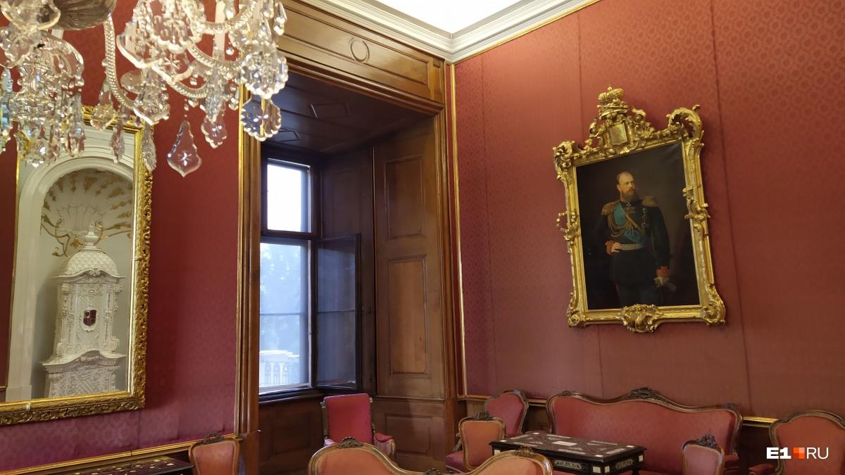 Эта комната была оборудована специально для российского самодержца Александра III, здесь он проводил совещания с австрийским императором