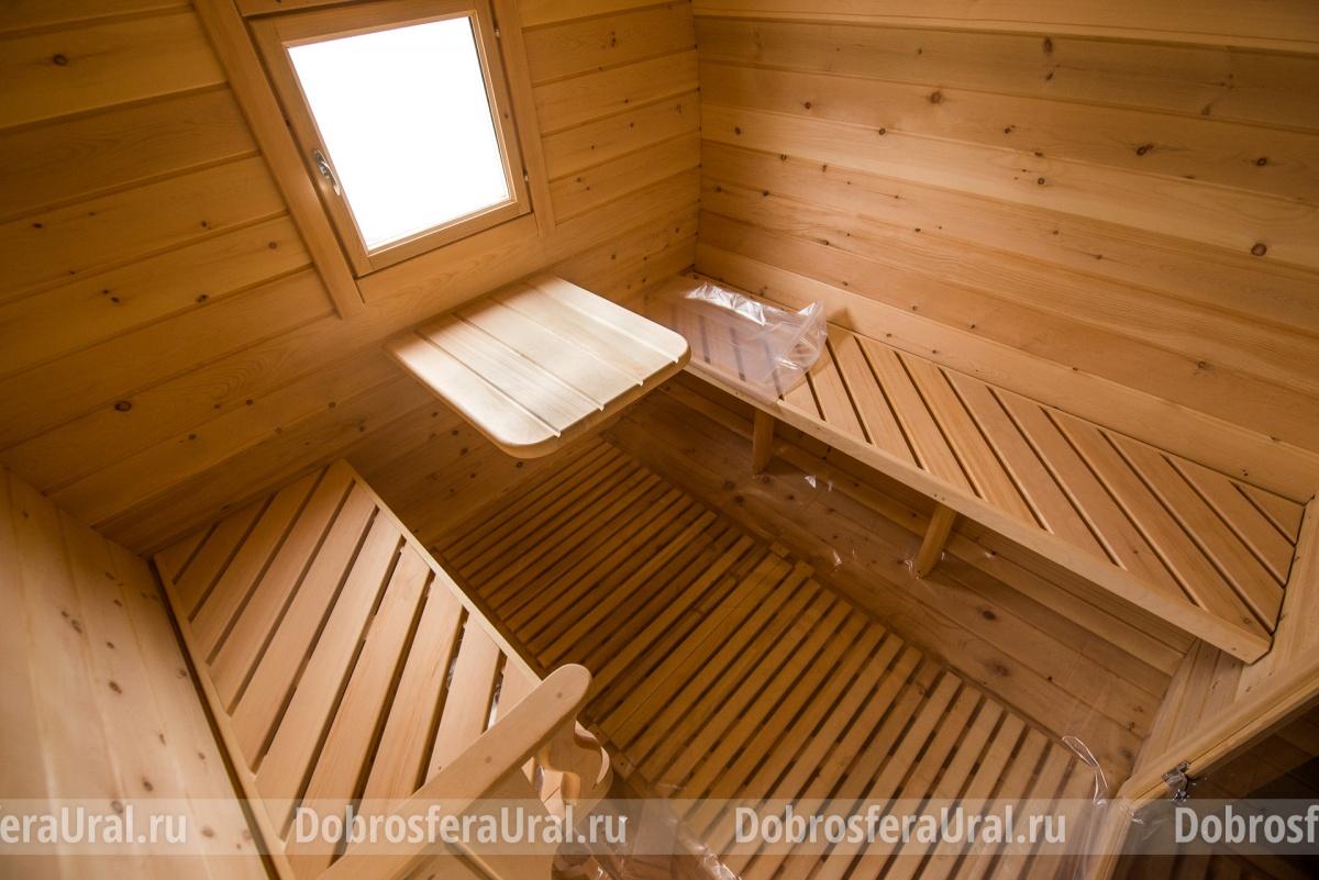 В предбаннике есть удобные скамейки и столик. Здесь можно с комфортом отдохнуть между походами в парилку
