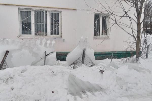 Пласт льда съехал с крыши и упал во дворе