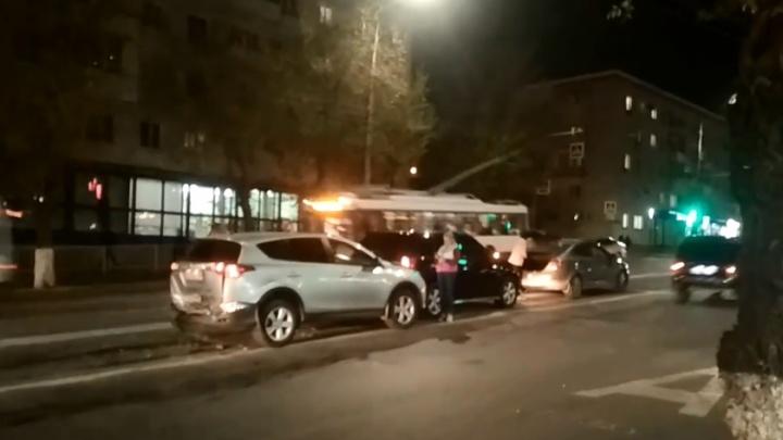 Шесть иномарок столкнулись на улице Невской в Волгограде