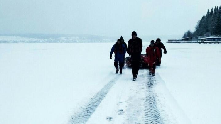 «Боялись пошевелиться»: на Сылве спасатели сняли со льда рыбаков, чей вездеход провалился в полынью