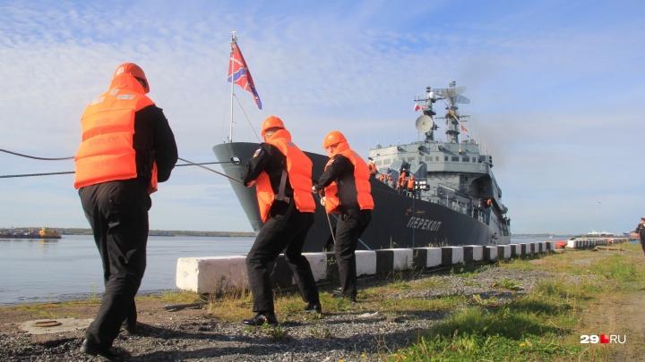 Очередь на причале, курсанты и уставшие дети: как Архангельск встретил учебный корабль «Перекоп»