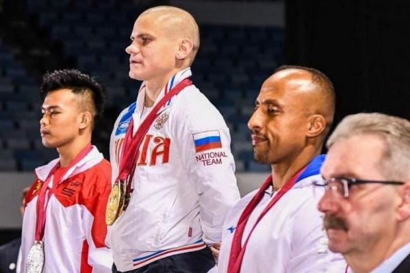 Сергей Гладких в центре во время награждения в Дубае