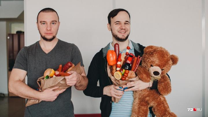 Голосуем за лучшее офисное поздравление с 23 Февраля: от колбасной русалки до бани на рабочем месте