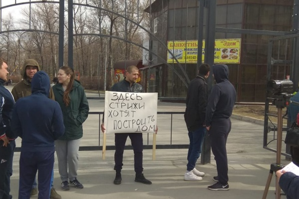 Начало пикета назначили на 12:00, но участники собрались раньше