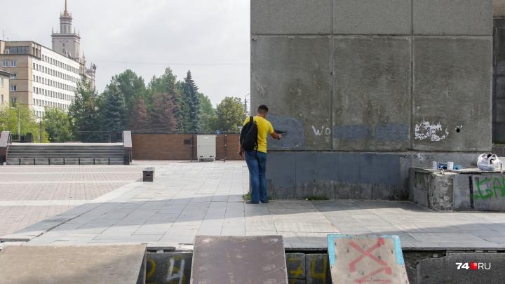 Все оттенки серого: памятник Курчатову в Челябинске «отреставрировали» с помощью кисточек и краски