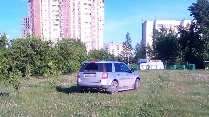«Я паркуюсь, как...»: автохам в парке «Заречный» и машина у входа в кондитерскую на Советской
