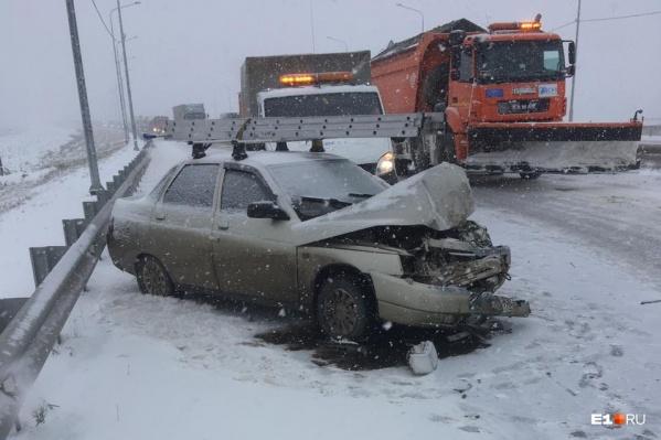 Одна из сегодняшних аварий — на трассе Екатеринбург — Челябинск. К счастью, никто не пострадал