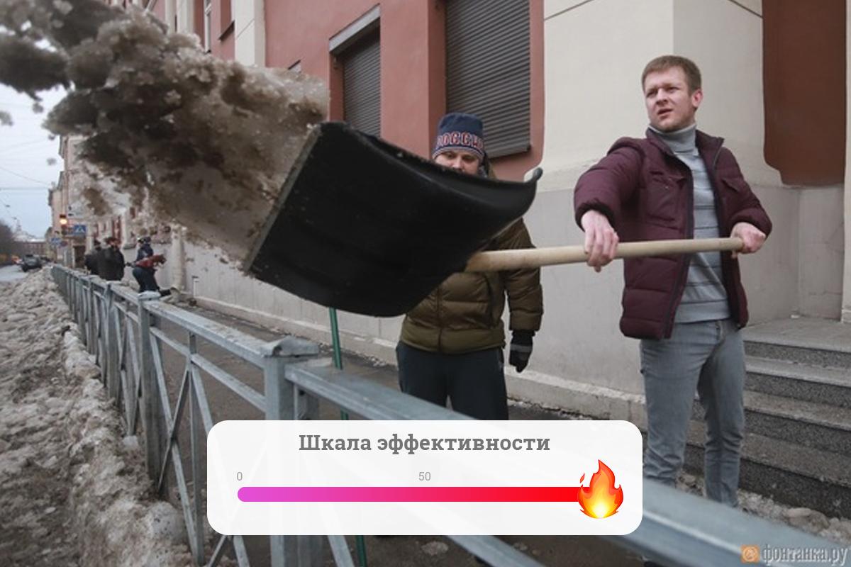 Власти гребут снег и наледь лопатой