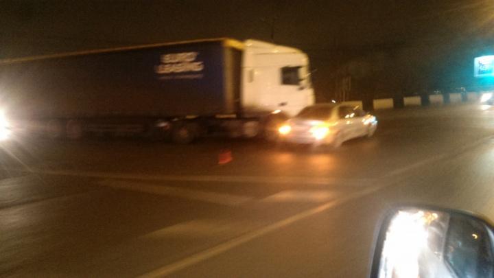 На ночь глядя: в Волгограде мост через ВДСК снова встал в пробке из-за ДТП с фурой