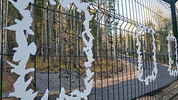 Художник сделал из колючей проволоки спортсменов и разместил их на заборе объекта Универсиады