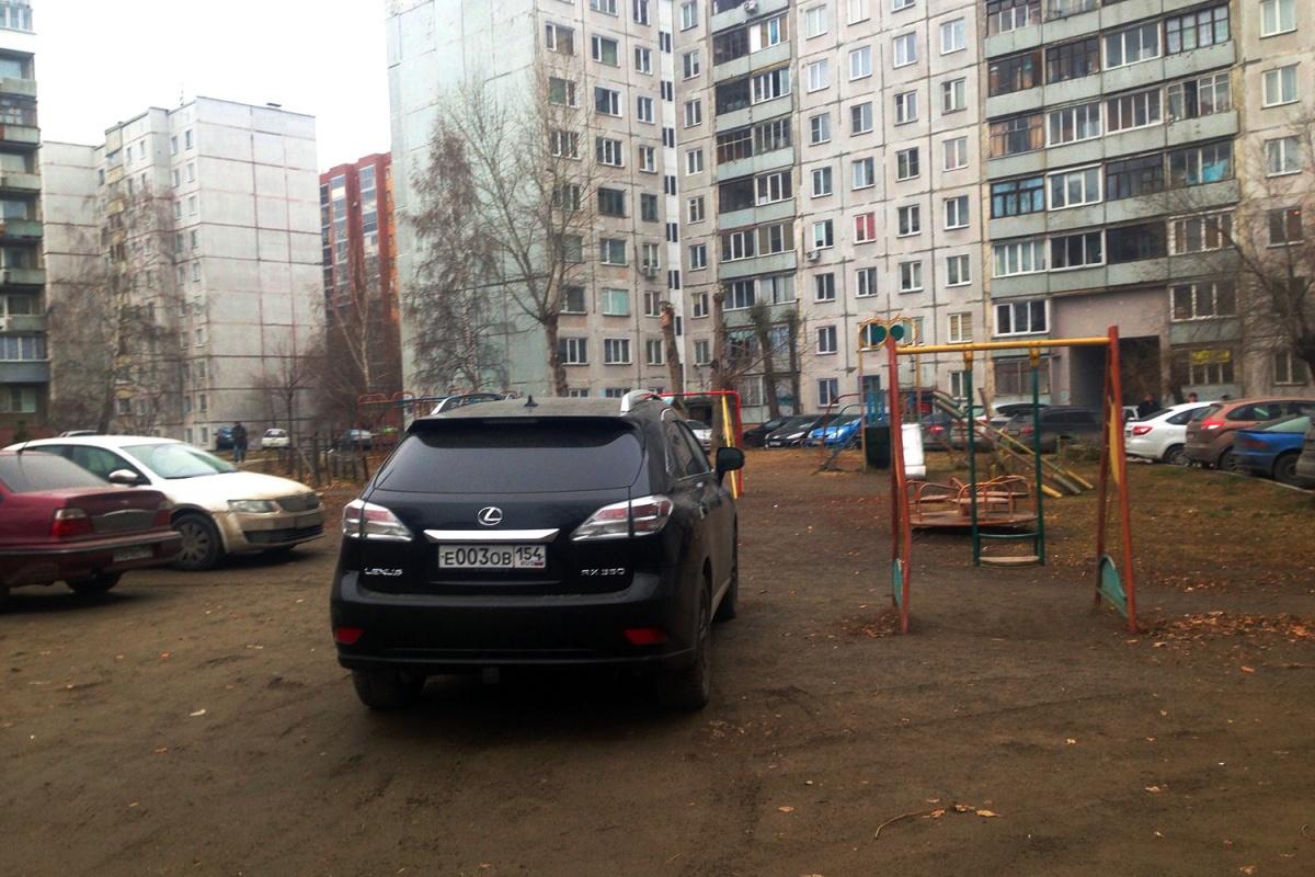 «Я паркуюсь как чудак»:Lexus 003 против детских качелей