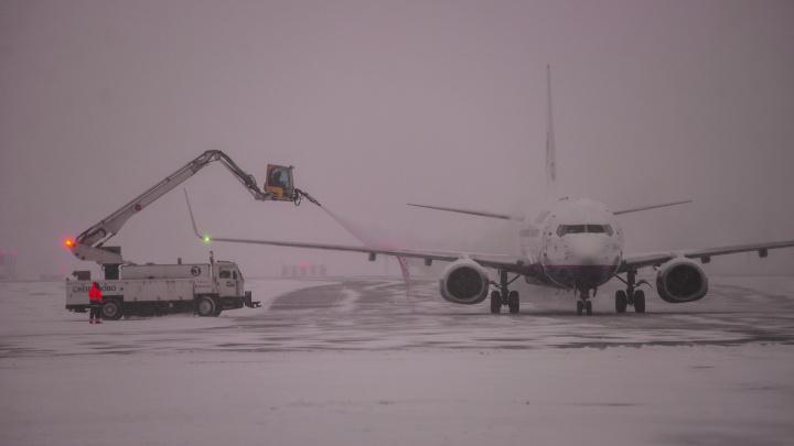 В снежный вечер в Кольцово задержали 2 самолёта «Уральских авиалиний»