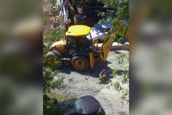 Рабочие пытаются зайти на стройку, но жители им мешают