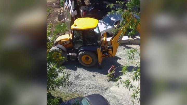 «Довели людей»: челябинка легла под технику, выгоняя строителей из своего двора