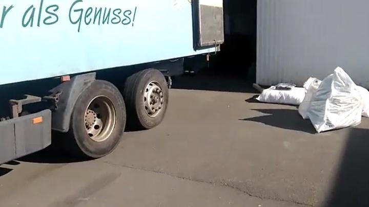 Gucci по-киргизски: на Урале перехватили грузовик, который вез поддельную одежду в Екатеринбург