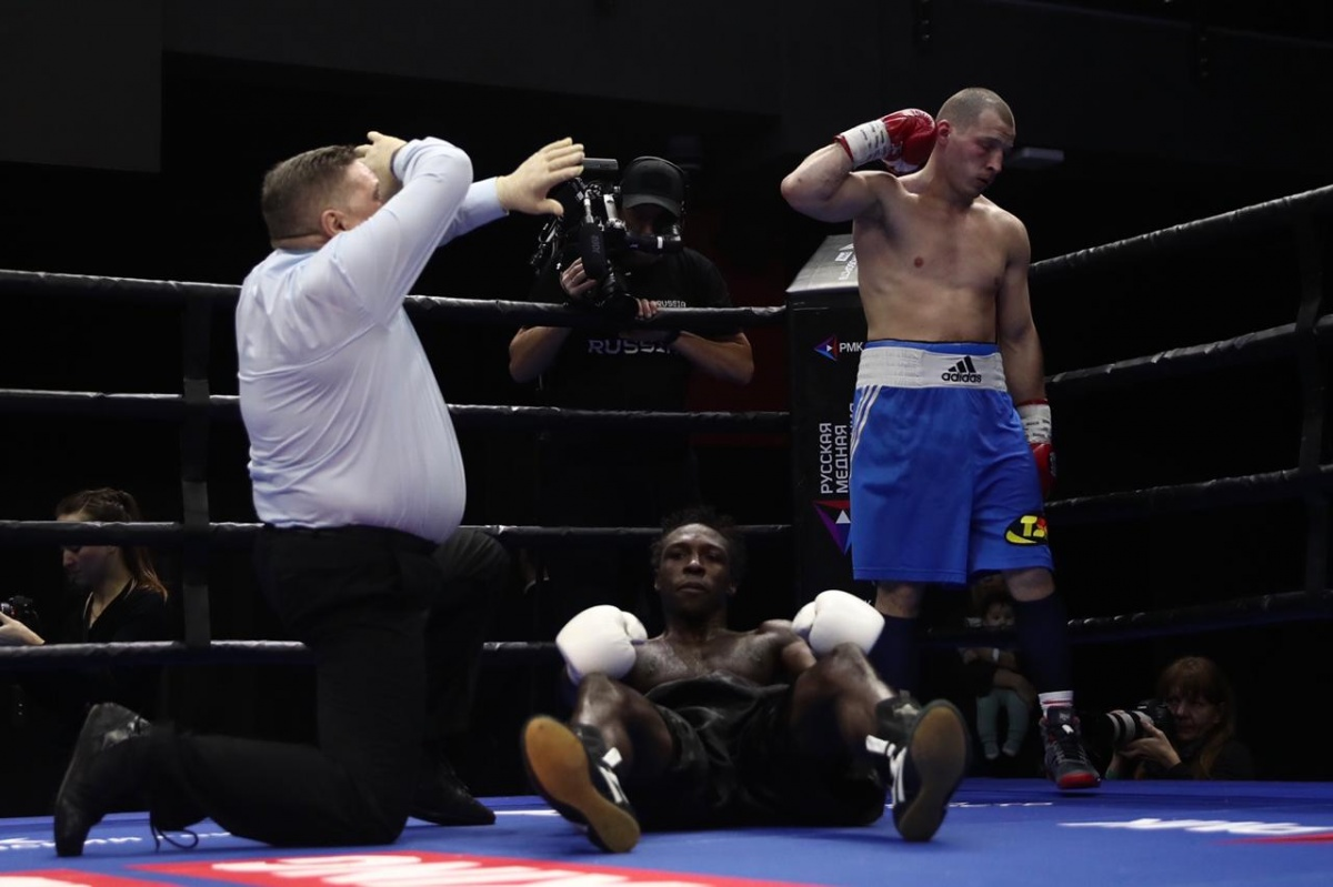 Александр Шаронов отправил камерунского боксера в нокаут