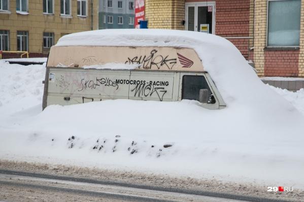 Автомобили на обочинах мешают уборке снега