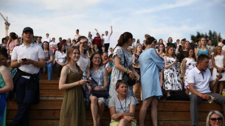Гуляют до утра: у новосибирских школьников начались выпускные