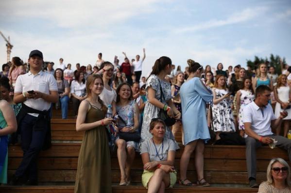 На набережной собрались сотни выпускников