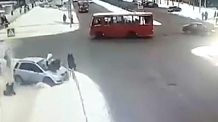 В Ярославле после столкновения с маршруткой машина вылетела на тротуар и снесла пешеходов. Видео