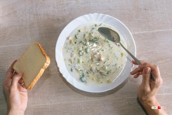 Окрошка с кефиром и семгой прекрасно подойдет на обед в жаркий денек