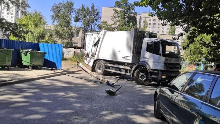 В Волгограде машина регоператора по вывозу ТКО свалила опору освещения