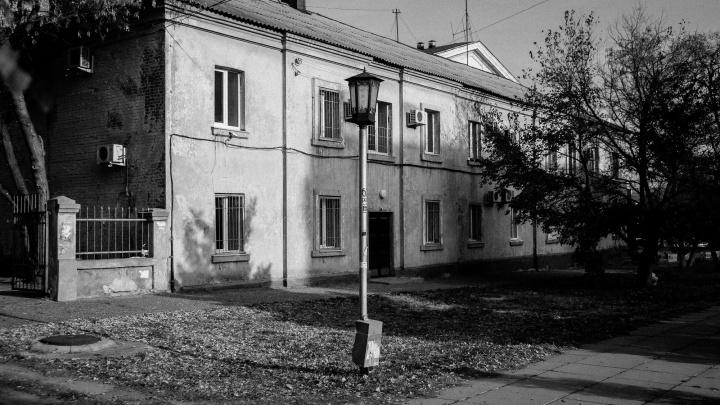 После красно-желтых дней: Волгоград становится черно-белым